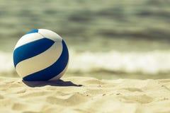 Retro przyglądająca piłka na plaży Obraz Royalty Free