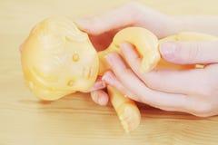 Retro- Puppe in den Händen des jungen Mädchens Lizenzfreies Stockbild