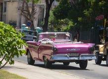Retro purpurfärgad bil i Kuba Arkivfoto