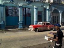 Retro röd bil i havannacigarr Arkivbild