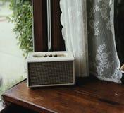 Retro radio för tappning vid fönstret Arkivfoto