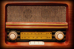 Retro radio i träfall Royaltyfri Bild