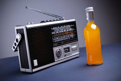 Retro radio med den gråa bakgrunden royaltyfria bilder