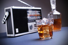 Retro radio med den gråa bakgrunden arkivfoton