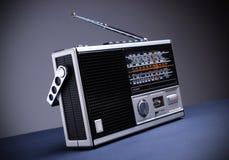 Retro- Radio mit dem grauen Hintergrund stockbild