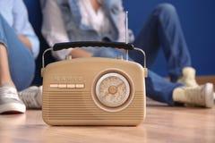 Retro radio och unga kvinnor Arkivfoton