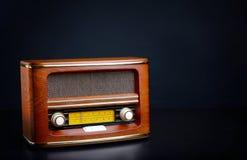 Retro radio på bakgrund Arkivfoton