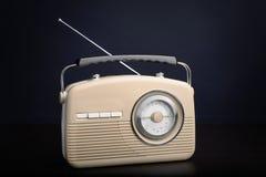 Retro radio på bakgrund Royaltyfri Bild