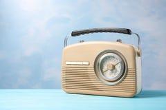 Retro radio på färgbakgrund Fotografering för Bildbyråer