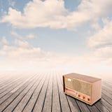 Retro radio på pir Royaltyfria Bilder