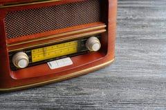 Retro radio på tabellen Arkivbilder