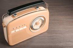 Retro radio på tabellen Royaltyfria Foton
