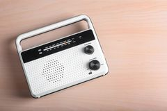 Retro radio på tabellen Arkivfoto