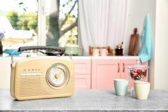 Retro radio på tabellen Royaltyfri Fotografi