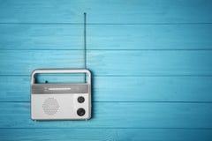 Retro radio på träbakgrund Arkivbild
