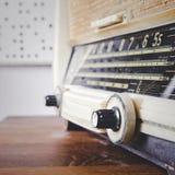 Retro radio sulla fine di legno della tavola sul sintonizzatore Fotografie Stock Libere da Diritti