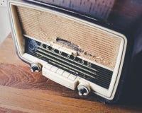 Retro radio sulla tavola di legno Immagine Stock Libera da Diritti