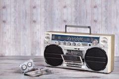 Retro- Radiokassettenspieler Staubige alte Kassetten Abbildung der roten Lilie Lizenzfreies Stockfoto