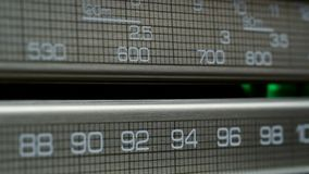 Retro radiovisartavla som söker för stationer i olika radiofrekvenser stock video
