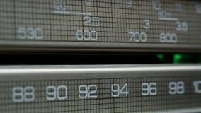 Retro radiowijzerplaat, die naar posten in verschillende radiofrequenties zoeken stock video