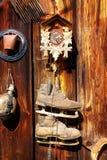 Retro raduno antico dell'oggetto di vecchio stile su una parete di legno scaletta rustica Orologio, campana, vecchi pattini ed al Fotografie Stock Libere da Diritti