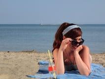 Retro ragazza alla spiaggia Fotografia Stock