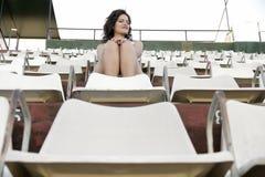 Retro ragazza che si siede nello stadio Fotografia Stock