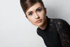 Retro ragazza di stile in vestiti neri su fondo bianco Fotografia Stock