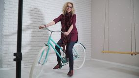 Retro ragazza su una bicicletta in studio video d archivio