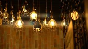 Retro Reeks van de Gloeilampenverlichting Lichten met bakstenen muur stock footage