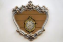 Retro reflexion för stilväggklocka inom en spegel på en vägg Royaltyfri Bild