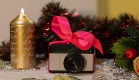 Retro regalo di Natale della macchina fotografica della foto fotografie stock libere da diritti