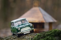 Retro replica di modello di Mini Morris della scala dell'automobile fotografia stock libera da diritti