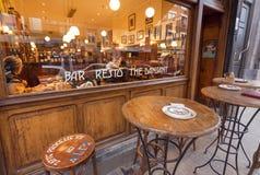 Retro- Restaurantfenster mit Trinkern und essen Leuten und Tabellen für draußen rauchen stockfotos