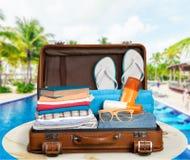 Retro resväska med färgrik kläder, lopp Royaltyfri Fotografi