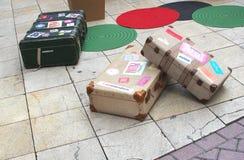Retro resväskor med klistermärkear av ställen från över hela världen Arkivfoto