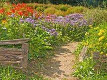 Retro reti fisse rurali nel giardino del paese Fotografia Stock Libera da Diritti
