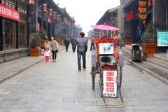Retro rickshaw i den forntida walled staden av Pingyao, Kina Fotografering för Bildbyråer