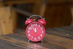 Retro ringklocka med fem minuter till `-klockan för nolla tolv Arkivfoto