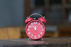 Retro ringklocka med fem minuter till `-klockan för nolla tolv Royaltyfria Foton
