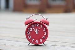 Retro ringklocka med fem minuter till `-klockan för nolla tolv Arkivfoton