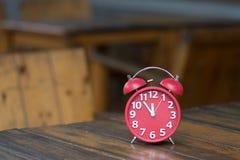Retro ringklocka med fem minuter till `-klockan för nolla tolv Royaltyfria Bilder