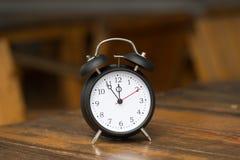 Retro ringklocka med fem minuter till `-klockan för nolla tolv Fotografering för Bildbyråer