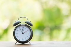 Retro ringklocka med fem minuter till `-klockan för nolla tolv Royaltyfri Fotografi