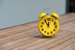 Retro ringklocka med fem minuter till `-klockan för nolla tolv Arkivbild
