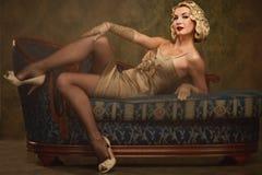 Retro ritratto della bella donna bionda. immagini stock