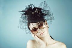 Retro ritratto della donna Cappello antiquato d'uso della ragazza d'annata di stile fotografie stock