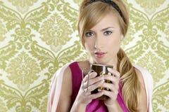 Retro ritratto della tazza dell'annata della donna del caffè Fotografie Stock Libere da Diritti