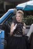 Retro ritratto di bella bionda nell'automobile Immagini Stock Libere da Diritti