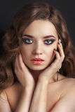Retro ritratto di bella donna su un fondo nero Stile dell'annata Foto di bellezza di modo Donna con capelli ricci Fotografia Stock